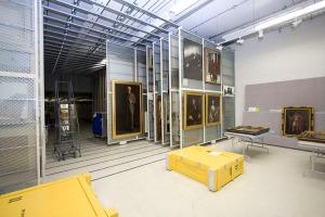 Photographie de l'intérieur de la chambre forte où les peintures et autres œuvres d'art sont entreposées.