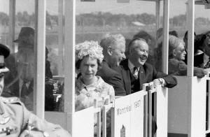 Photographie en noir et blanc de Sa Majesté la reine Élizabeth II et le premier ministre du Canada, Lester B. Pearson dans le minirail à l'Expo 67.