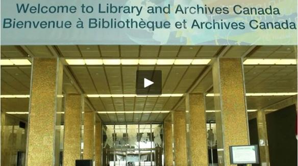 Une photo en couleur du comptoir d'inscription avec une bannière au-dessus du comptoir avec la phrase « Bienvenue à Bibliothèque et Archives Canada ».