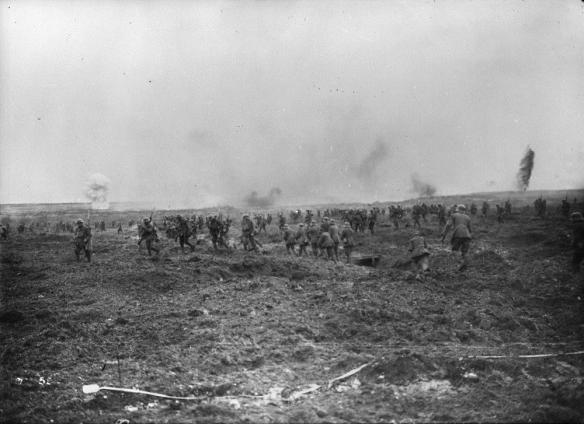(Première Guerre mondiale, 1914-1918) Devant la progression des troupes canadiennes, des groupes d'Allemands sortent des tranchées et se rendent. – Crête de Vimy, avril 1917.