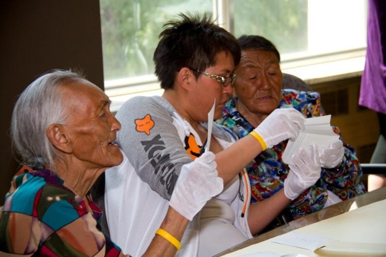 L'aînée Eva Muyunaganiak (à g.), Louisa Gibbons (centre) et l'aînée Mary Nowtalik (à dr.).