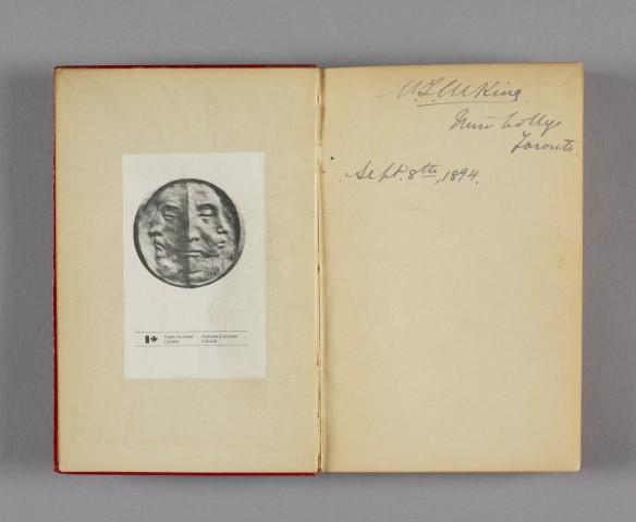 Photographie en couleur sur l'intérieur du plat recto d'un livre, avec l'inscription de William Lyon Mackenzie King datée du 8 septembre 1894 sur la page de droite. L'ex-libris Public Archives Canada/Archives publiques Canada est imprimé sur la page opposée.