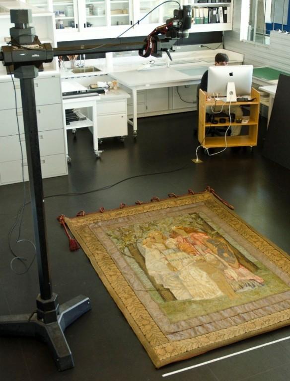 L'appareil-photo est positionné au-dessus de la bannière, qui est posée à même le sol.