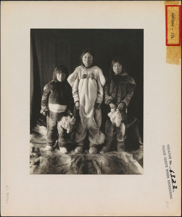 Une veuve avec ses enfants au Nunavut, par Geraldine Moodie (MIKAN 3376416)