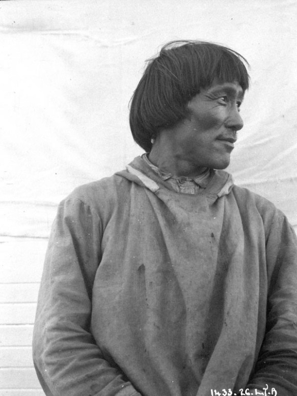 Homme non identifié, Chesterfield Inlet (Igluligaarjuk), Nunavut, Lachlan T. Burwash, ministère des Affaires indiennes et du Nord canadien (MIKAN 3376543)