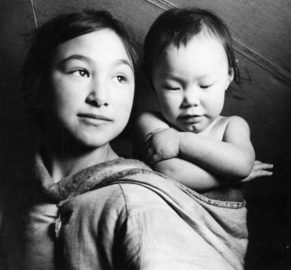 Bella Lyall-Wilcox (à gauche) et Betty Lyall-Brewster à Taloyoak (anciennement Spence Bay), Nunavut. Studio Norman, Santé et Bien-être social Canada (MIKAN 3613832)