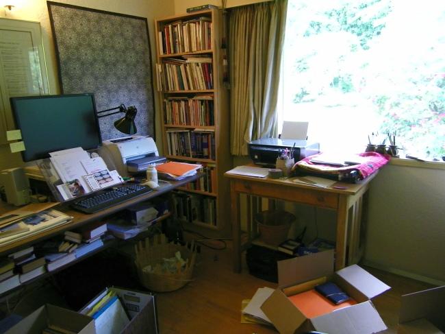 Le pupitre d'ordinateur de P.K. Page contient divers documents, livres et souvenirs personnels