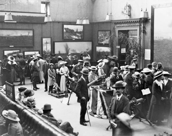 La princesse Christian au milieu d'autres admirateurs de la Deuxième exposition de photos militaires canadiennes, musée Grafton, Londres, juillet 1917 (MIKAN 3394829)