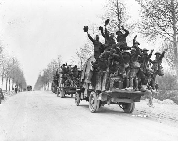 Des troupes canadiennes vont prendre du repos après avoir participé à la conquête de la crête de Vimy. (MIKAN 3521924)