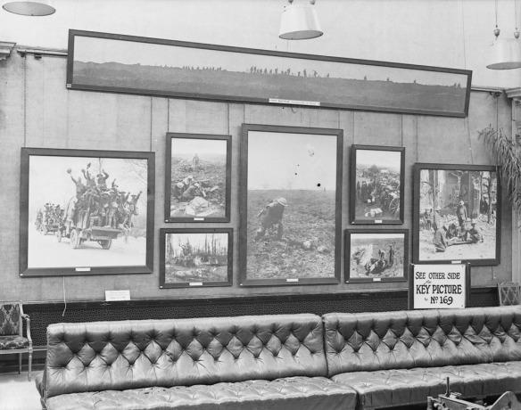 L'intérieur du musée Grafton, à Londres, pendant la Deuxième exposition de photos militaires canadiennes, juillet 1917 (MIKAN 3394834)