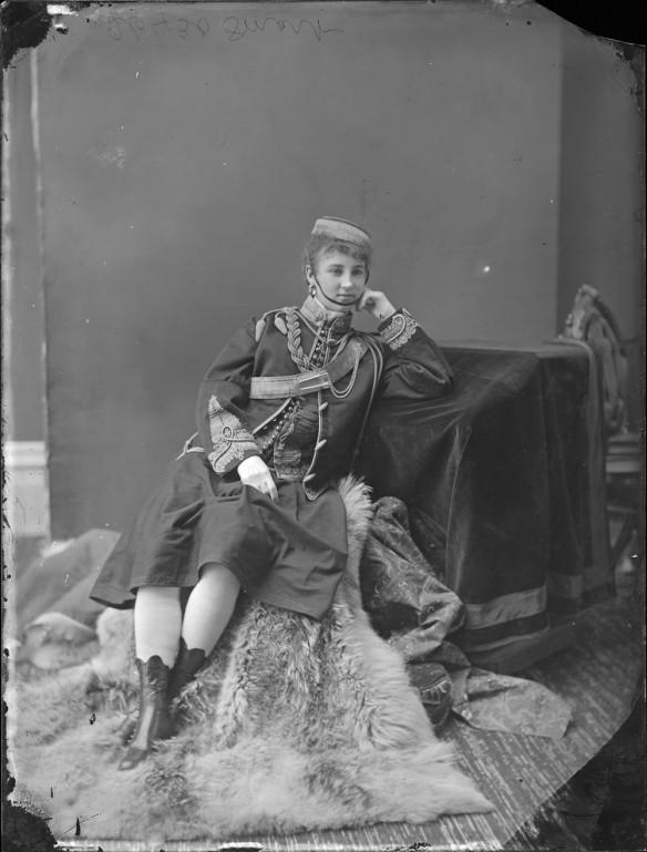 Mademoiselle Minnie Smart déguisée en « vivandière », une auxiliaire féminine de l'armée française chargée de vendre des aliments et des boissons aux soldats.