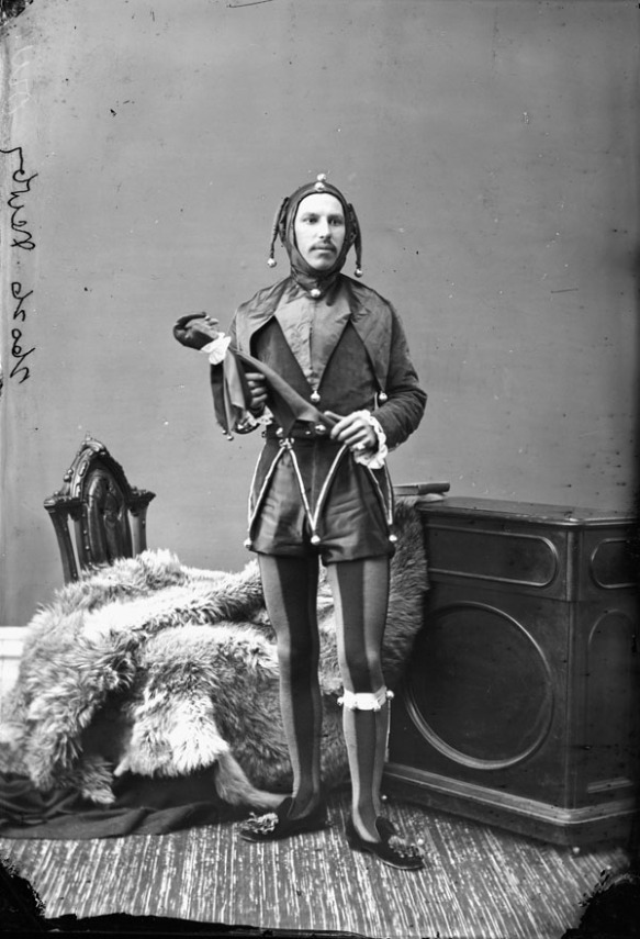 Monsieur Newby déguisé en « fou du roi ». Il porte le même costume à l'occasion d'un carnaval de patinage qui se déroule en 1881.