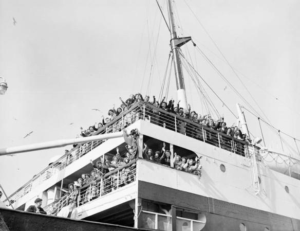 Des épouses de guerre en route vers le Canada à bord du S.S. Letitia disent au revoir à leurs familles et leurs amis.