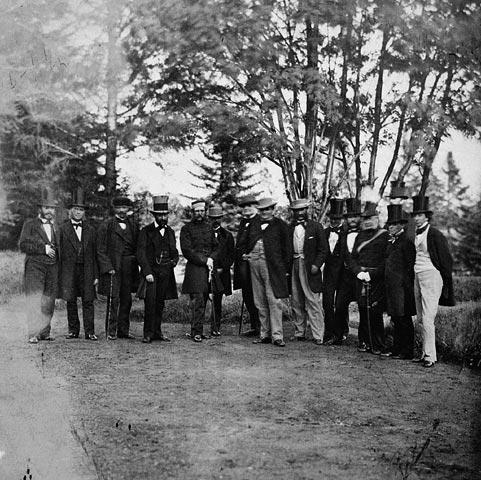Parmi leurs pairs, on reconnaît l'honorable sir John A. Macdonald, l'honorable sir George-Étienne Cartier et le lieutenant-colonel John G. Irvine