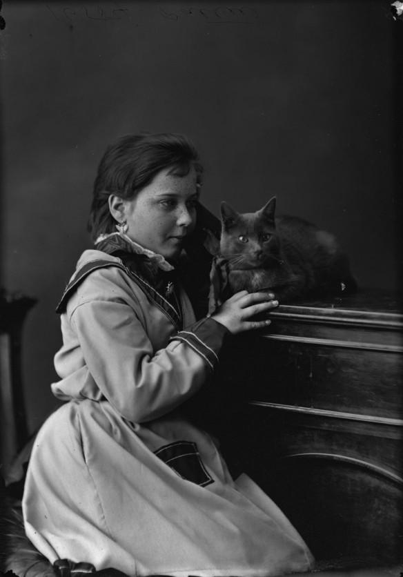 Mademoiselle E. Pattie avec un chat, 1873