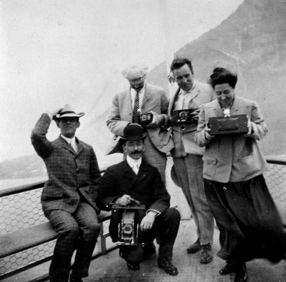 Possiblement des membres de la famille Benjamin Low à bord d'un navire à vapeur à passagers montrant divers types d'appareils photo, dont un appareil photo panoramique, 1904.