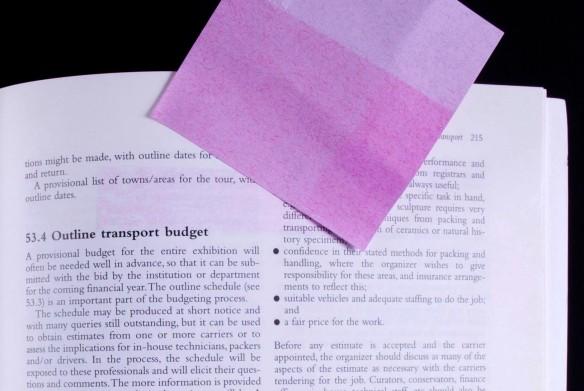 Trace de résidu de colle sur la page après que le feuillet autoadhésif ait été retiré