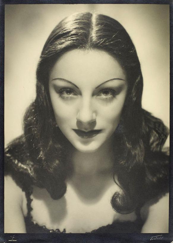 Portrait publicitaire en noir et blanc de Celia Franca regardant la caméra