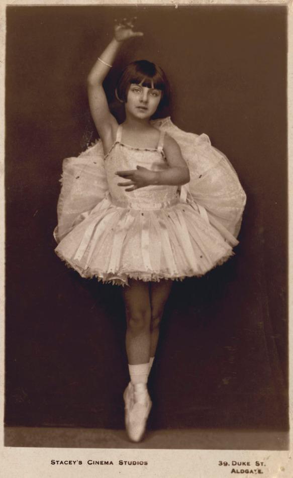 Portrait en noir et blanc réalisé en studio, montrant la jeune Celia Franca, sur pointes, portant un tutu.