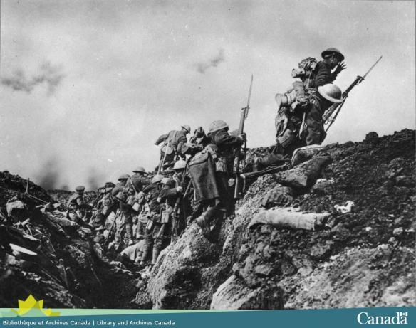 Photo noir et blanc composite montrant des soldats sortant d'une tranchée.