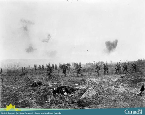Photo noir et blanc composite montrant des soldats avançant dans un paysage complètement détruit avec de la fumée dans l'arrière plan et des cadavres dans l'avant plan.