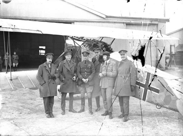 Le major W. G. Barker, C.V., (5e à partir de la gauche) posant devant un Fokker D.VII à l'aérodrome Hounslow, avril 1919