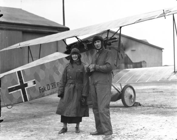 Le majeur W. G. Barker, C.V., devant le Fokker D.VII capturé à l'aérodrome Hounslow, avril  1919.