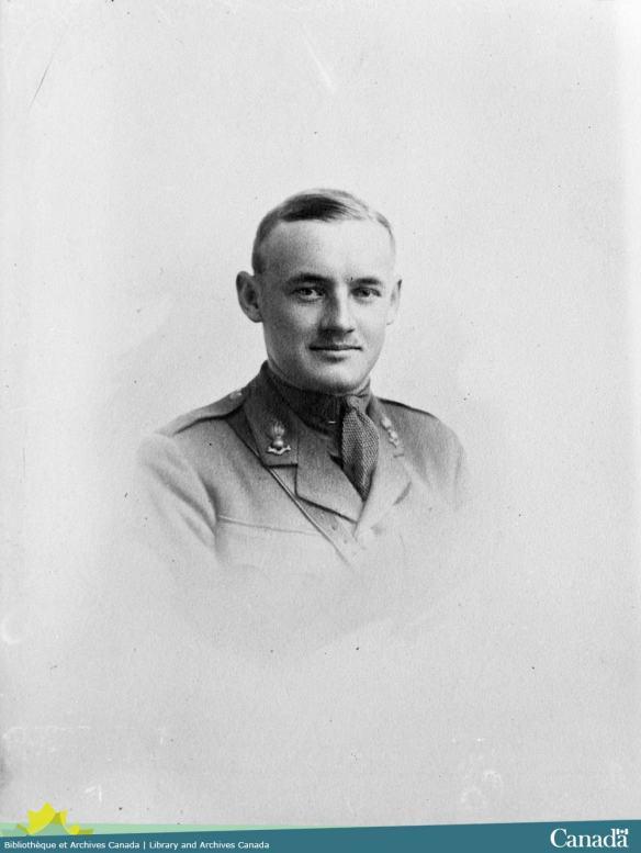 Photographie en noir et blanc d'un homme en uniforme regardant directement l'appareil photo.