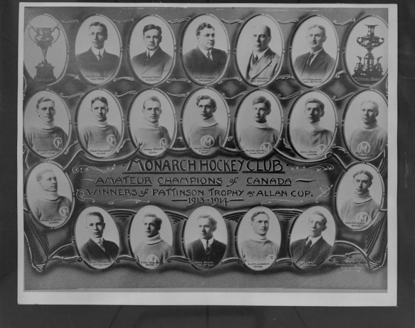 Photo noir et blanc composite montrant des portraits de l'équipe entire dans des médaillons avec l'inscription « Monarch Hockey Club, Amateur Champions of Canada, Winners of Pattison Trophy's Allan Cup 1913-1914 » [Club de hockey des Monarch, Champions amateur du Canada, gagnant de la coupe Allan.]