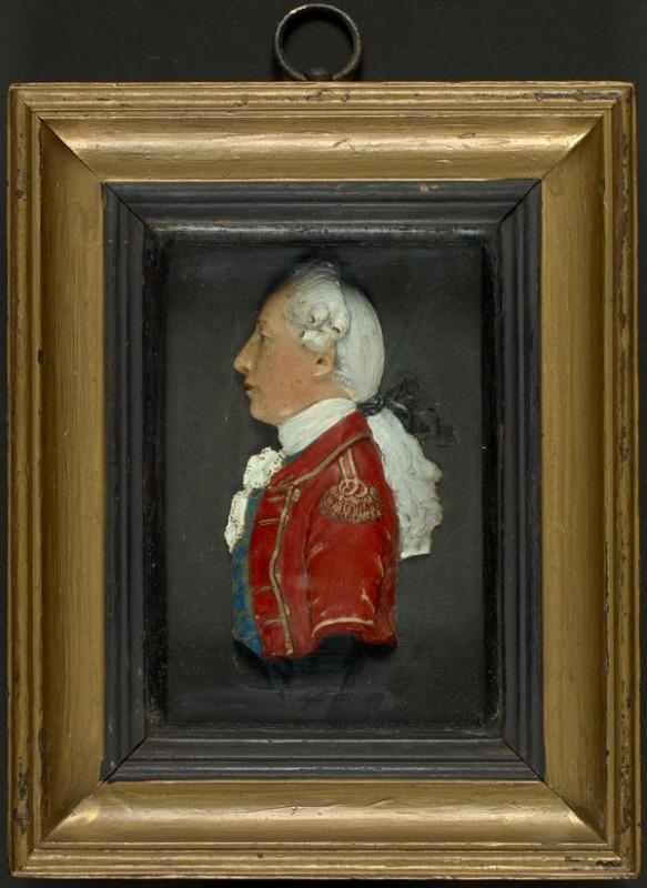 Portrait miniature en cire réalisé par un artiste anonyme au début du XIXe siècle. Ce portrait plutôt générique montre un homme de profil portant un manteau britannique rouge doté de garnitures or, une cravate blanche et un gilet bleu, et dont les cheveux longs sont attachés. Il s'agit d'un portrait miniature assez sculptural.