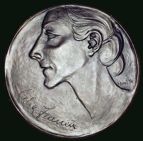 Photographie d'une médaille en bronze ornée du profil d'une femme et portant l'inscription « Celia Franca » en bas à gauche.