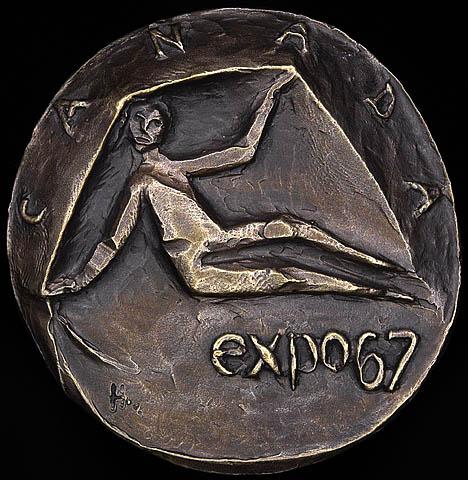 Photo d'une médaille en bronze représentant une image stylisée d'une personne assise, avec le mot « Canada » inscrit en haut, le long du bord de la pièce, et la mention « expo67 » en bas à droite.