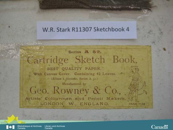 Photographie en couleur d'une étiquette jaune renfermant de l'information sur le relieur du cahier de dessins.
