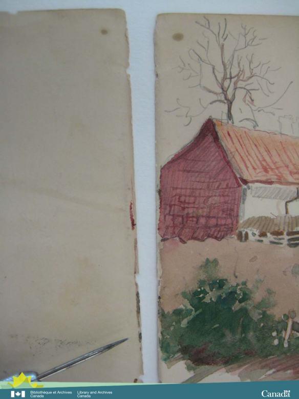 Photographie en couleurs de deux pages. On voit, sur le bord droit de la page de gauche, une étroite ligne d'aquarelle qui est la suite du dessin.