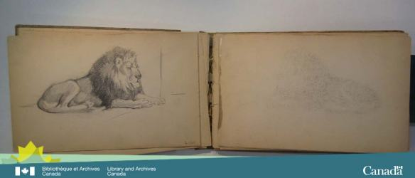 Photographie en couleurs d'un cahier de dessins ouvert. La page de gauche comprend le dessin d'un lion qui a laissé des traces sur la page de droite.