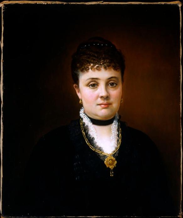 Peinture à l'huile d'une femme vêtue d'une robe noire, qui regarde droit devant elle. Elle porte le pendentif et les boucles d'oreilles que l'on voit sur la photo précédente.