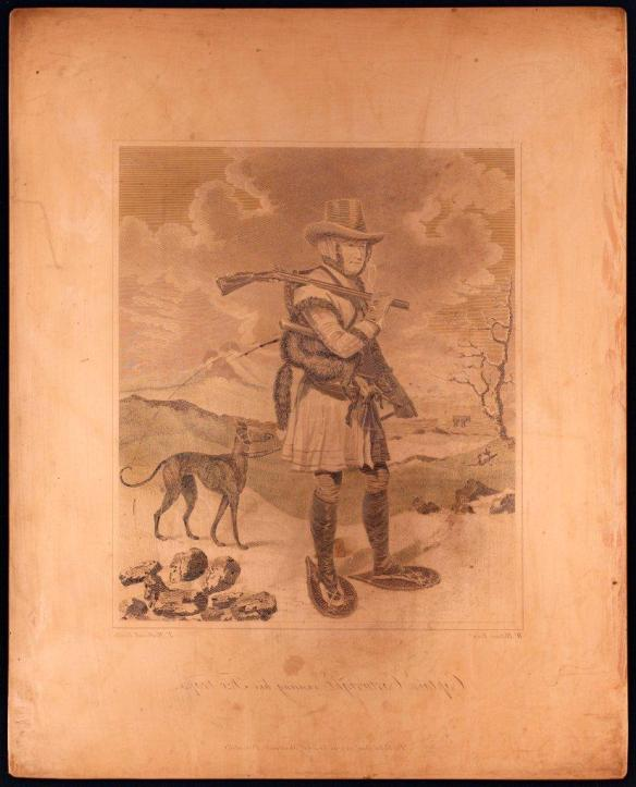 Plaque de cuivre illustrant le capitaine George Cartwright en train d'inspecter ses pièges à renard pendant l'hiver, au Labrador. Il est chaussé de raquettes, transporte un fusil sur une épaule et tient un chien en laisse, attaché à sa ceinture.