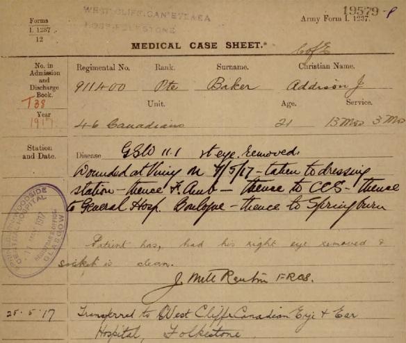 Reproduction en couleur d'un formulaire détaillant les antécédents médicaux d'un soldat. Dans le cas présent, le soldat a subi une blessure par balle à l'œil.