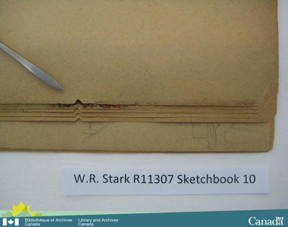 Photographie couleur d'un cahier de dessins montrant un morceau de papier de forme triangulaire qui manque au même endroit sur plusieurs pages