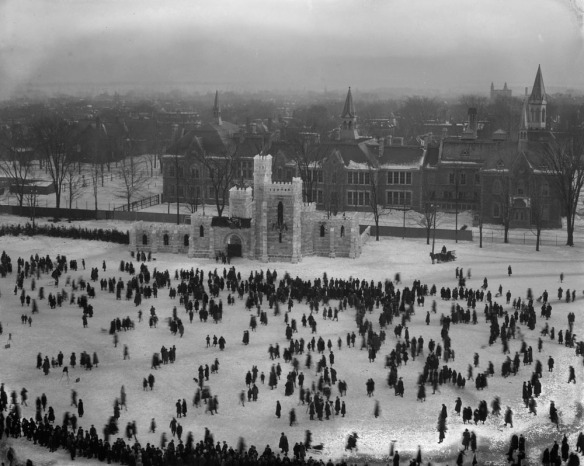 Photographie en noir et blanc illustrant un château de glace, d'une prise de vue très élevée. On peut y voir le fourmillement de la foule et la ville à perte de vue.