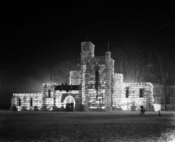 Photographie en noir et blanc illustrant un château de glace illuminé de l'intérieur.