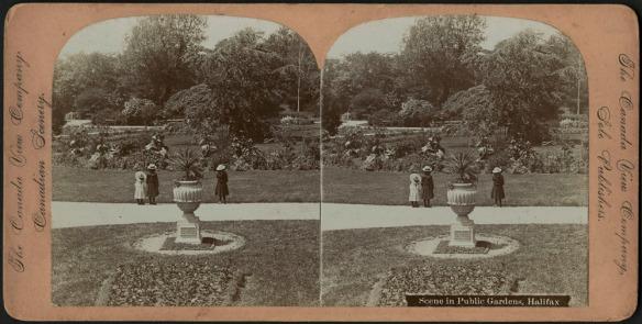 Stéréogramme noir et blanc montrant trois petits enfants debout dans un sentier des Jardins publics d'Halifax.