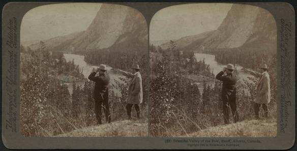 Stéréogramme noir et blanc de deux hommes (un muni de jumelles) debout sur un promontoire surplombant la rivière Bow en Alberta.