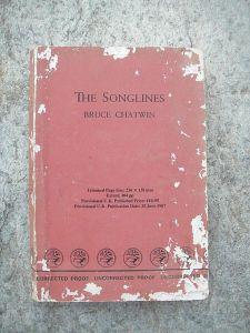 Photo couleur montrant un livre rouge avec des taches blanche ou les lépismes ont grignoté le livre.