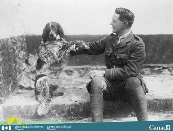 Photographie en noir et blanc montrant un homme en uniforme militaire assis sur des marches avec un chien à ses côtés.