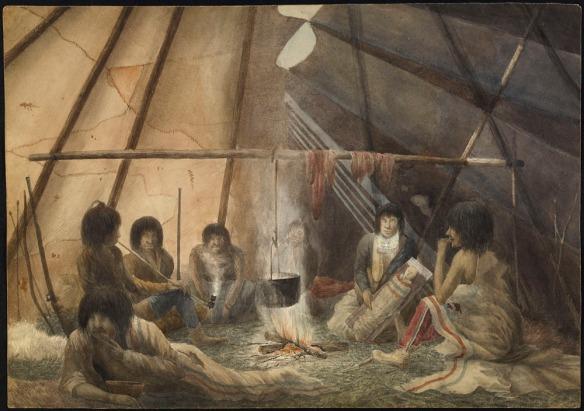 Aquarelle montrant l'intérieur d'une tente. Sept personnes sont assises autour du feu. L'une d'entre elles est une mère qui tient son enfant sur une planche porte bébé. Des fourrures ou de la viande sèchent sur un poteau disposé horizontalement, et un chaudron rempli de nourritures est placé au dessus du feu. Un fusil, un arc et des flèches sont accotés sur une paroi de la tente. Une personne mange, une autre fume la pipe et les autres semblent écouter attentivement.