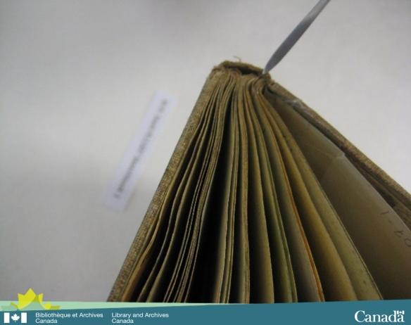 Photographie couleur montrant une vue en angle d'un carnet de croquis qui met en évidence la courbure produite par la technique de reliure.