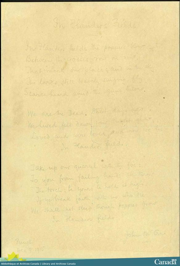 Le poème « In Flanders Fields »manuscrit sur du papier jauni avec une encre très décolorée.
