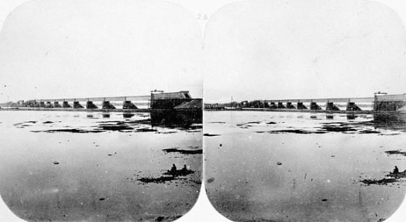 Photographie stéréoscopique en noir et blanc montrant la construction d'un pont.