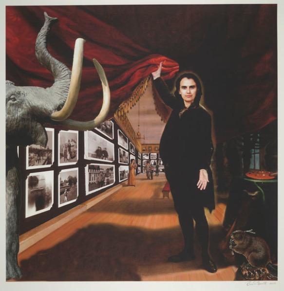 Impression numérique en couleur démontrant un portrait en pied de l'artiste, avec à ses côtés un mammouth, un castor et une palette de couleurs d'artiste. Elle soulève un rideau rouge révélant sur le mur derrière elle une galerie de photographies en noir et blanc.